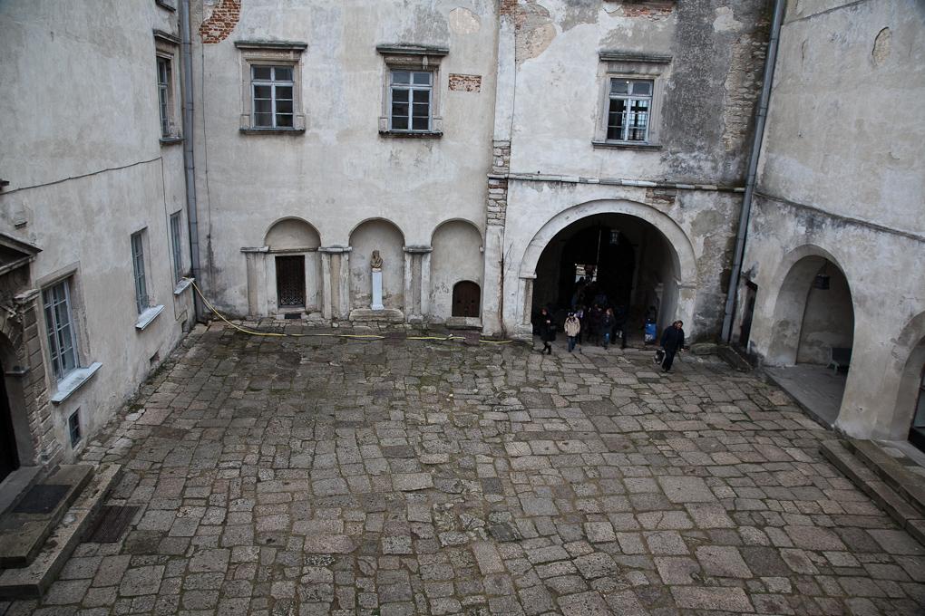 Двор замка